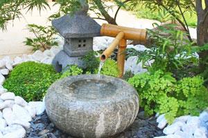 éléments des jardins de thé : lanterne et pierre d'eau - Jardins Japonais - Professionnels A Domicile
