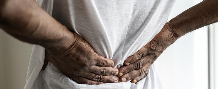 photo montrant un homme souffrant de lombalgie